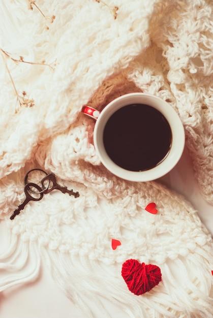 Xícara de café com cachecol de malha quente Foto Premium