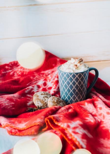Xícara de café com chantilly na mesa Foto gratuita