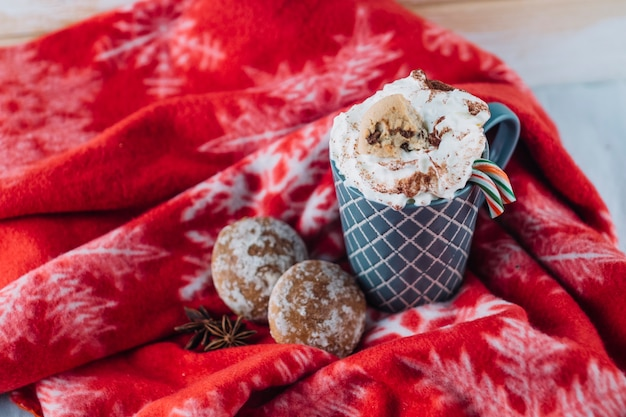 Xícara de café com chantilly no cobertor Foto gratuita