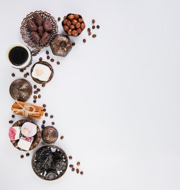 Xícara de café com doces orientais e avelãs Foto Premium