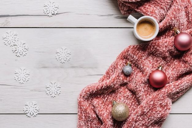 Xícara de café com enfeites brilhantes na mesa Foto gratuita