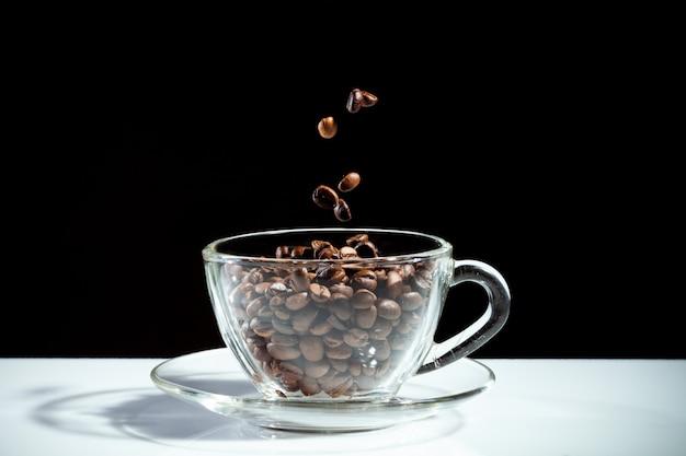 Xícara de café com feijão Foto Premium