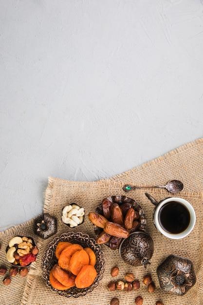 Xícara de café com frutas secas e nozes Foto Premium