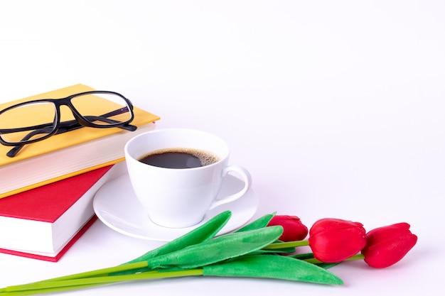 Xícara de café com livros e óculos. espaço da cópia Foto Premium
