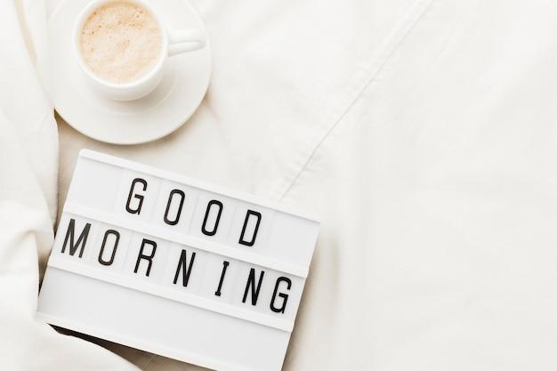 Xícara de café com mensagem de bom dia Foto gratuita