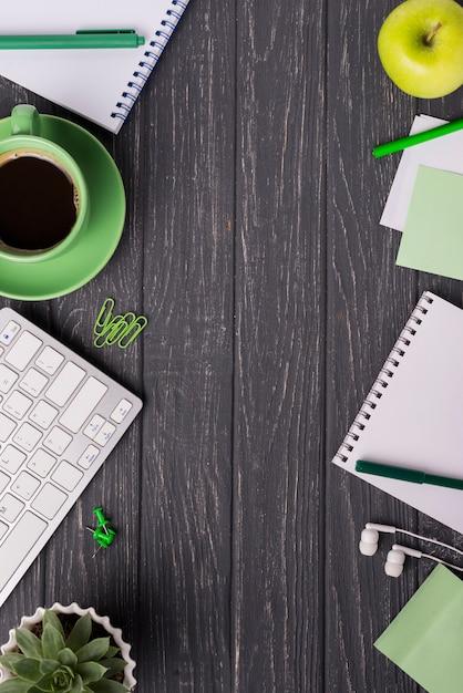 Xícara de café com notebook e planta suculenta na mesa de madeira Foto gratuita
