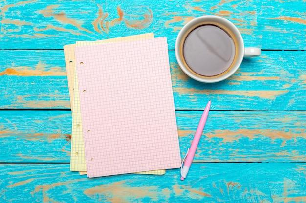 Xícara de café com notebook na mesa de madeira Foto Premium