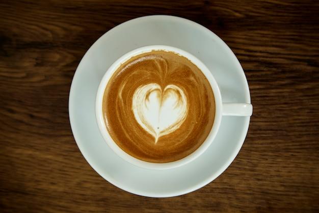 Xícara de café com padrão de coração Foto Premium
