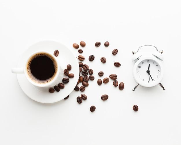Xícara de café com relógio na mesa Foto gratuita