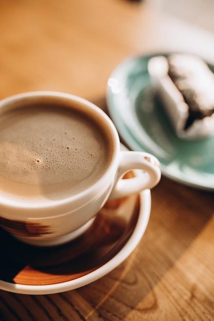 Xícara de café com sobremesa doce Foto gratuita