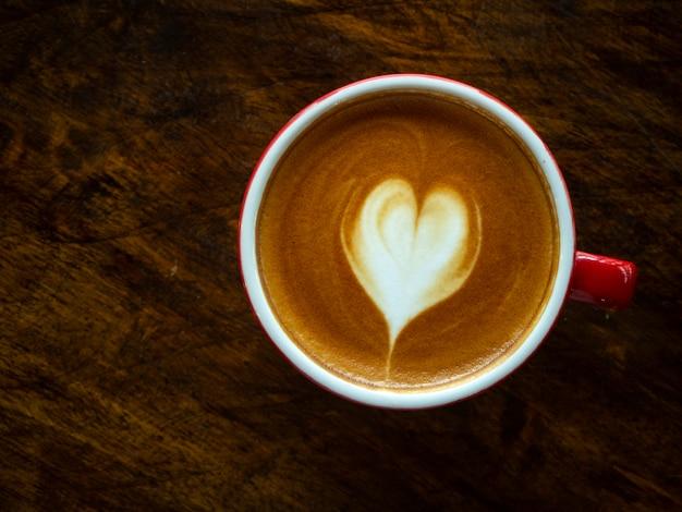 Xícara de café de latte art de coração de amor Foto Premium