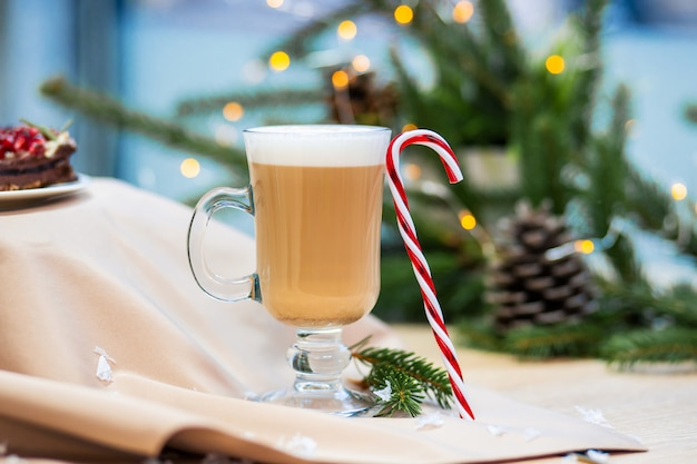 Xícara de café delicioso cappuccino e doces de natal doce Foto Premium