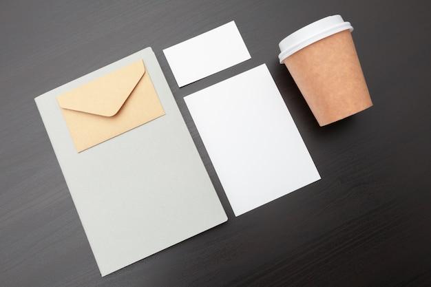 Xícara de café e artigos de papelaria, branding Foto Premium