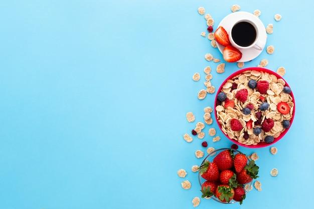 Xícara de café e cereais saudáveis Foto gratuita