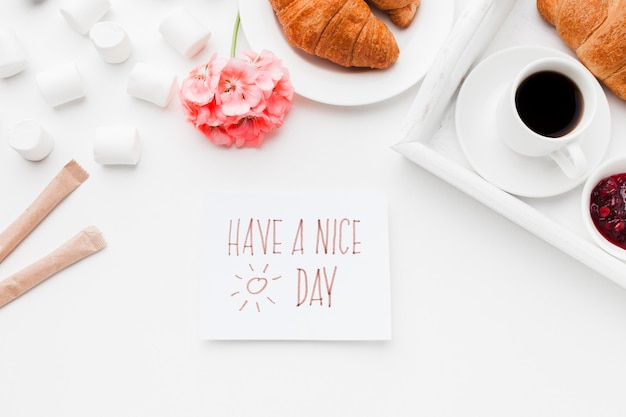 Xícara de café e croissant no café da manhã Foto Premium