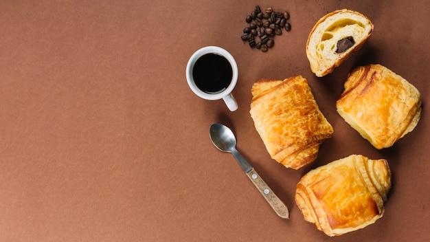 Xícara de café e croissants Foto gratuita