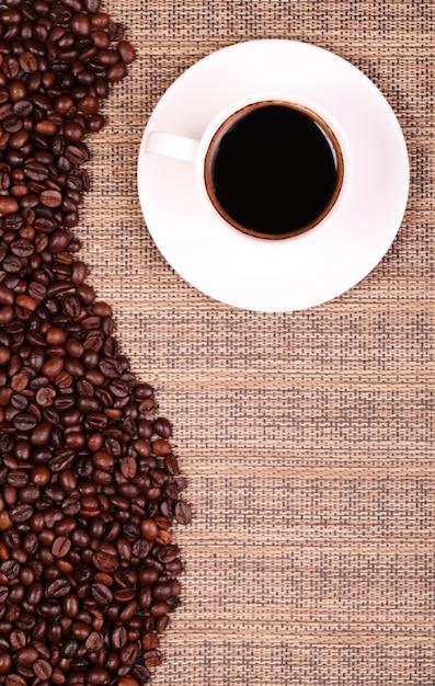 Xícara de café e grãos de café Foto Premium