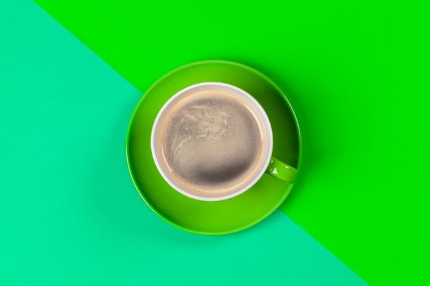 Xícara de café e pires na cor Foto Premium