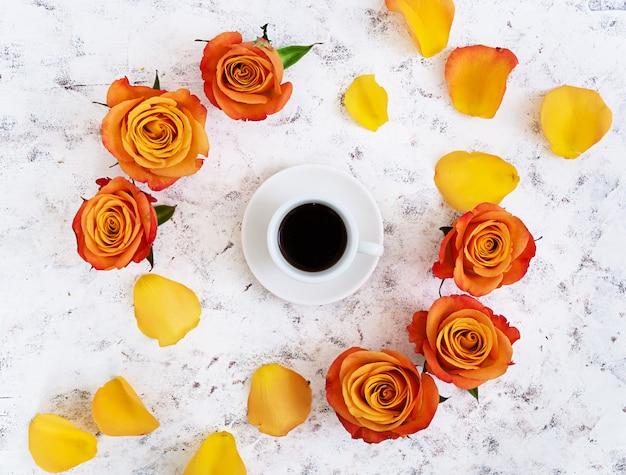 Xícara de café e rosa em um branco Foto Premium
