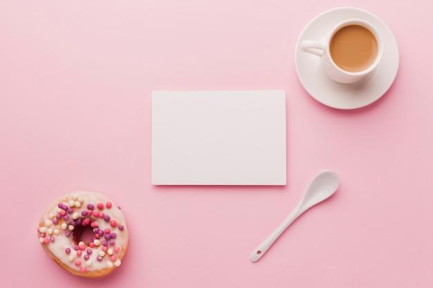 Xícara de café e rosquinha de vista superior Foto gratuita