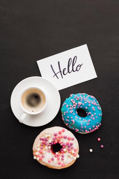 Xícara de café e rosquinhas no café da manhã Foto gratuita