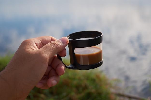 Xícara de café em atividade ao ar livre Foto Premium