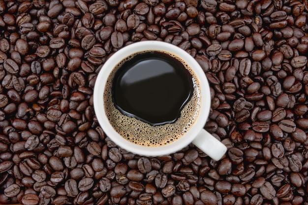 Xícara de café em grãos de café Foto Premium
