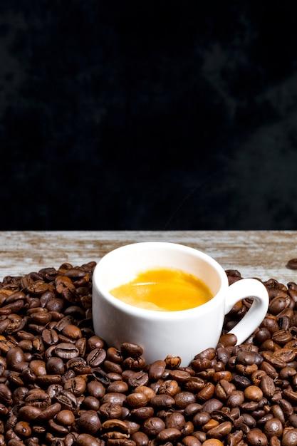 Xícara de café em grãos Foto Premium