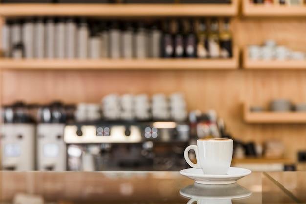 Xícara de café expresso fresco no balcão de vidro Foto gratuita