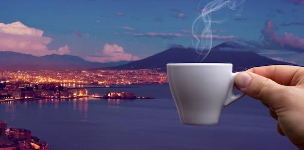 Xícara de café expresso sobre o golfo de nápoles Foto Premium