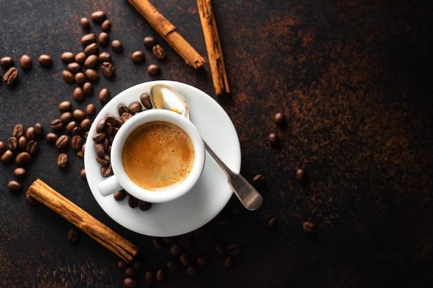 Xícara de café fresco feito servido na xícara Foto Premium