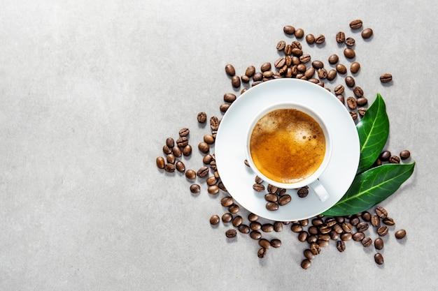 Xícara de café fresco servido no copo Foto Premium