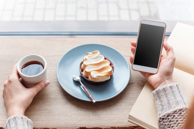 Xícara de café, galho de árvore, peitoril da janela de madeira Foto gratuita