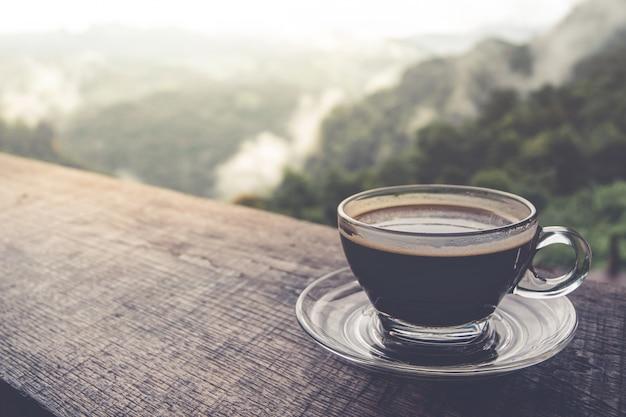 Xícara de café latte art na mesa de madeira, plana leigos Foto Premium