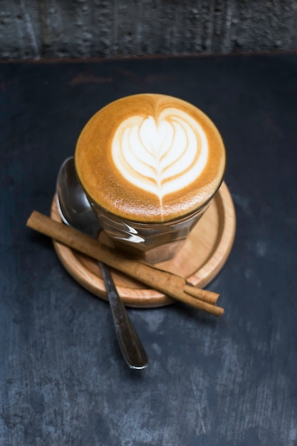 Xícara de café latte piccolo com latte art Foto Premium