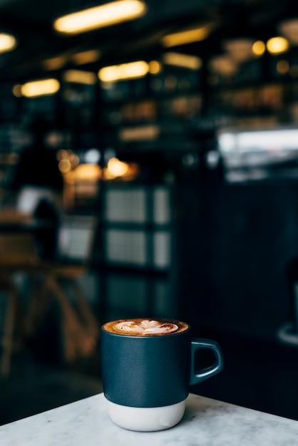 Xícara de café na mesa de café Foto gratuita