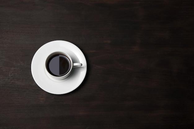 Xícara de café no fundo de madeira Foto gratuita