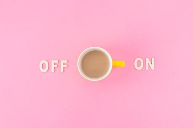 Xícara de café perto e em escritos Foto gratuita