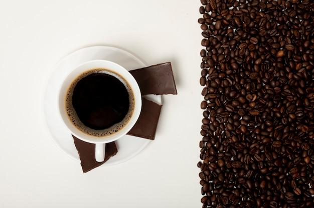 Xícara de café plana leigos no fundo liso Foto gratuita