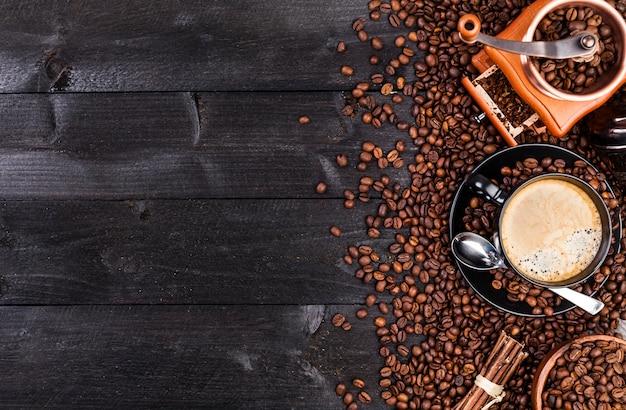 Xícara de café preto, café moído, moinho, tigela Foto Premium