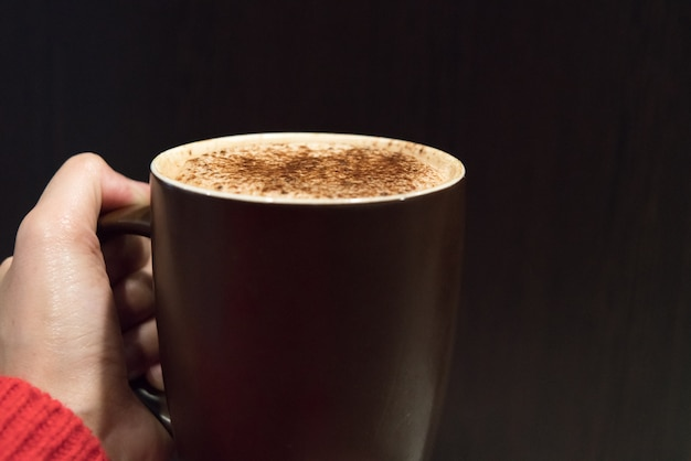 Xícara de café quente na mão das mulheres, comida e bebida conceito Foto Premium