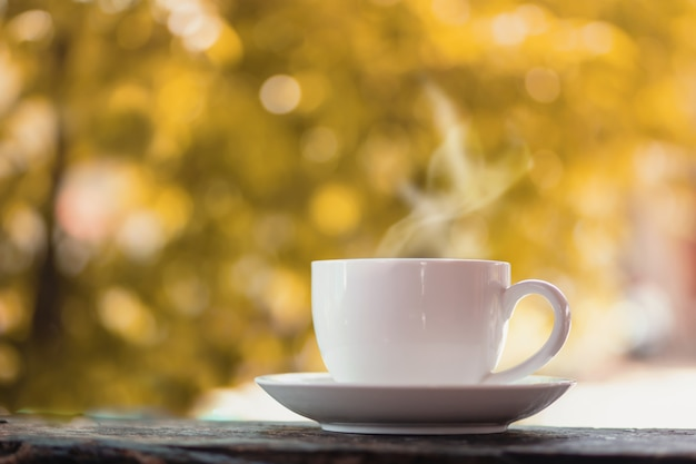Xícara de café quente sobre outono natureza Foto Premium
