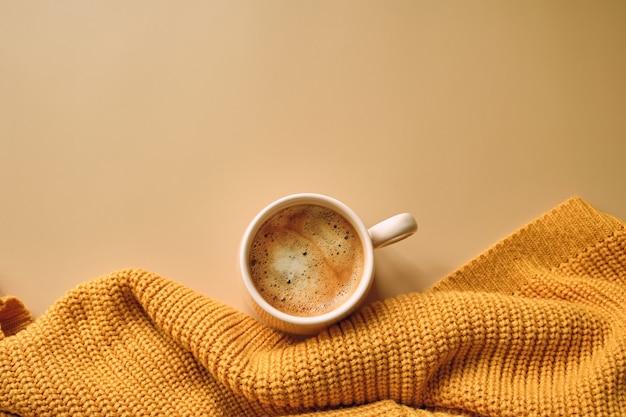 Xícara de café, suéter amarelo Foto Premium