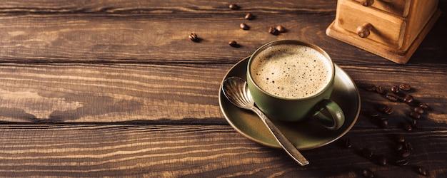 Xícara de café verde com moedor de café Foto Premium
