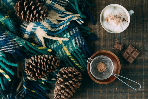 Xícara de café vista superior com chocolate Foto gratuita
