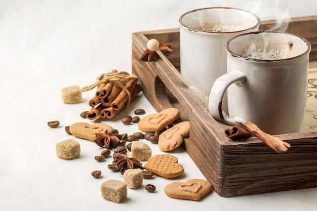 Xícara de cappuccino com biscoitos como corações de reboque Foto Premium