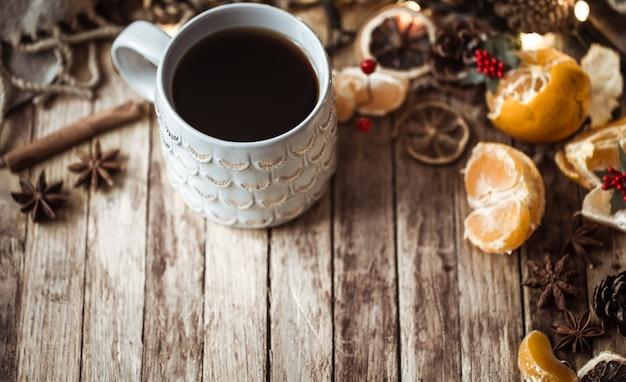 Xícara de chá aconchegante de natal Foto gratuita