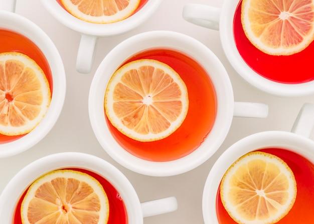 Xícara de chá de gengibre com fatia de limão no fundo branco Foto gratuita