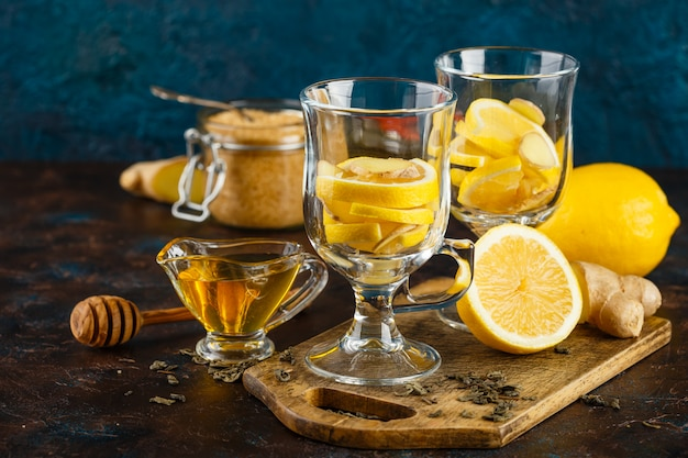 Xícara de chá de gengibre com mel e limão Foto Premium