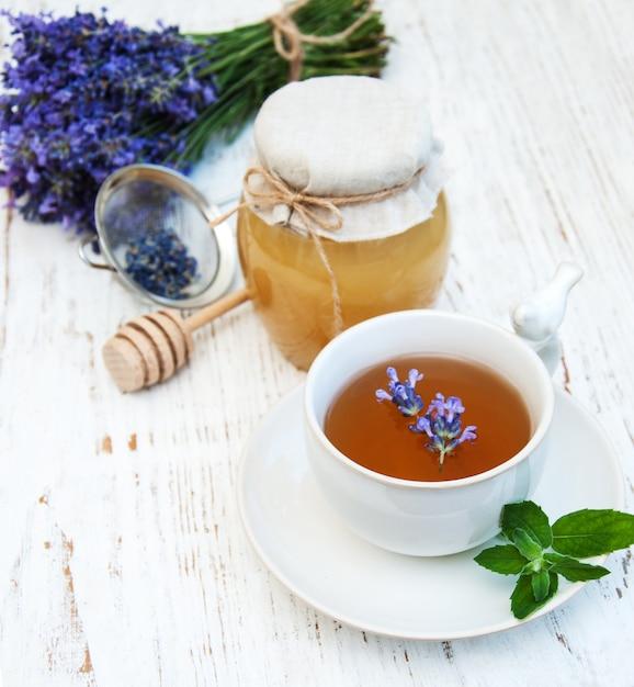 Xícara de chá e flores de lavanda Foto Premium